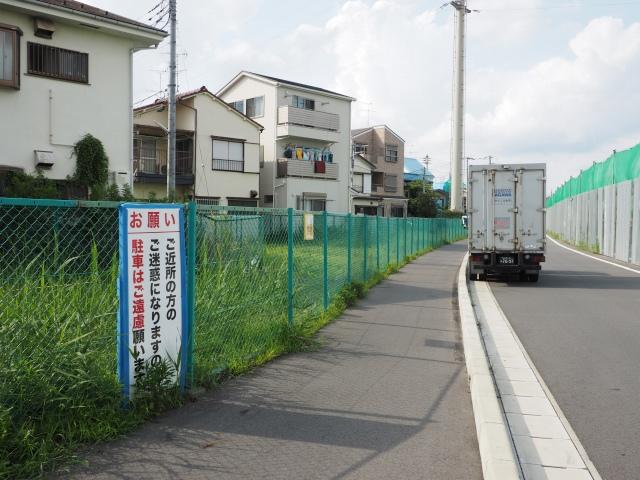モデル地区はごくわずか。狭い歩道と空き地。