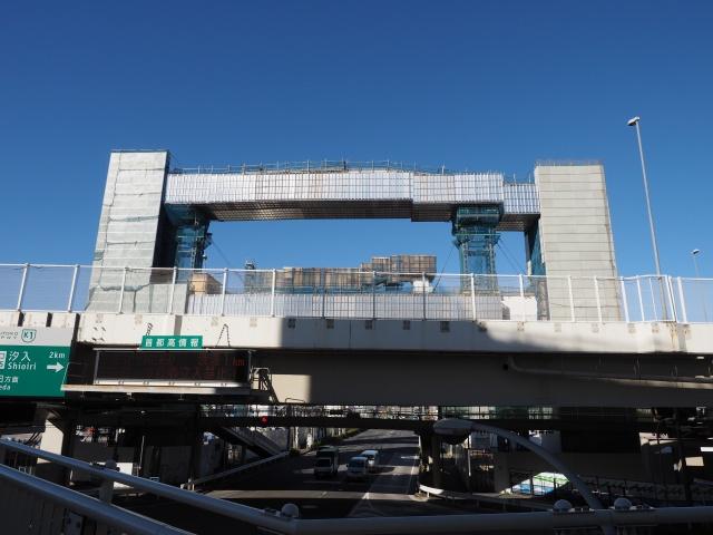 産業道路上の歩道から撮影しています。背中側の橋脚は幅が広いです。