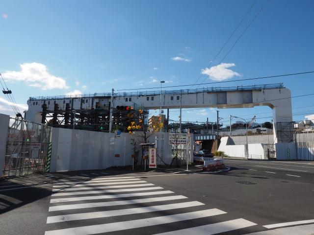 第1京浜を斜めにまたぐ橋脚。さすがに幅がある。