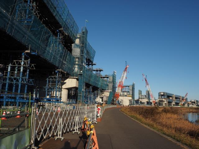 鶴見川沿いに作られる高架橋。