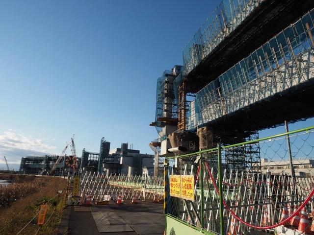 港北JCT方面を。鶴見川沿いにカーブしています。
