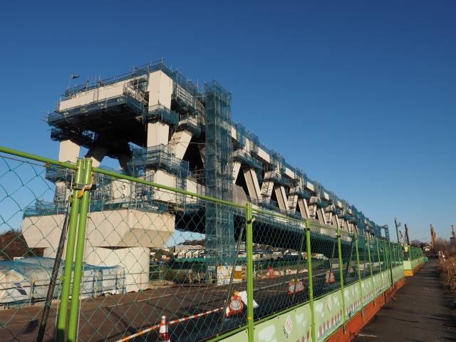背後に控える上下2段のトラス橋。橋長158メートル、単径間としては日本最長らしいです。