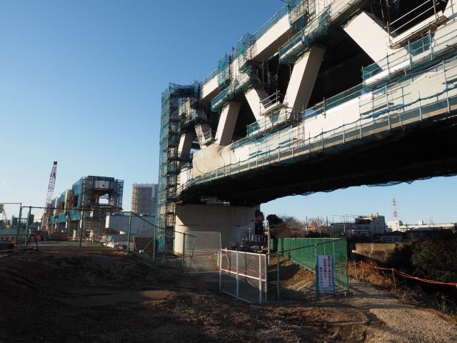 トラス橋と高架橋のつなぎ目。