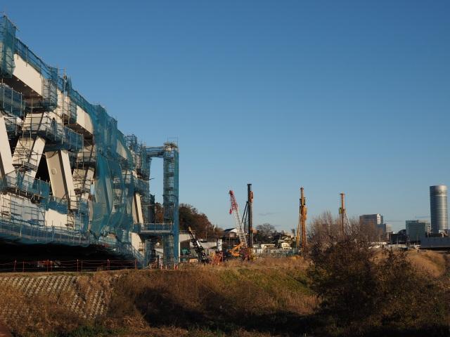 新横浜側では地盤工事中。橋脚も出来ています。