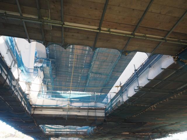桁の下から新横浜方面を。上下二層構造ですが、左右にずれています。