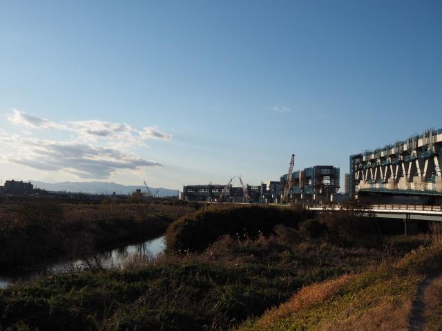 少し左を向くと港北JCTのクレーンが見えます。