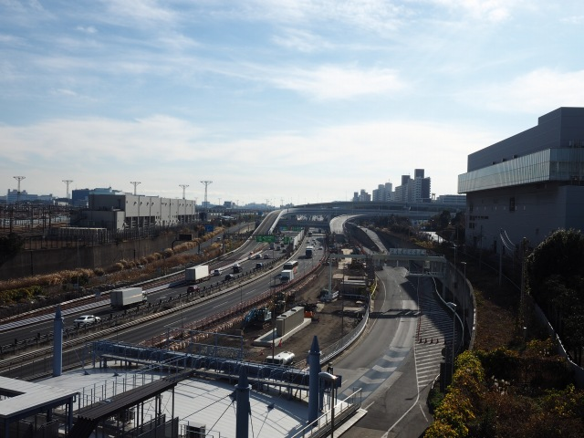 湾岸線との合流部。東京港トンネルとの兼ね合いで、料金所も移動かな?