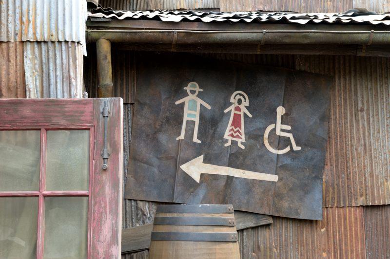 ディズニーシー トイレの案内図も景観を損ねずですね