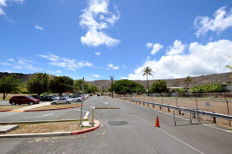 ハワイ 青空広がるダイアモンドヘッド内公園駐車場