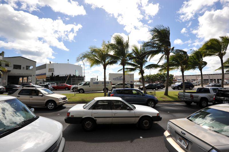 ハワイ 青空のした働く車がいっぱい並んでる風景