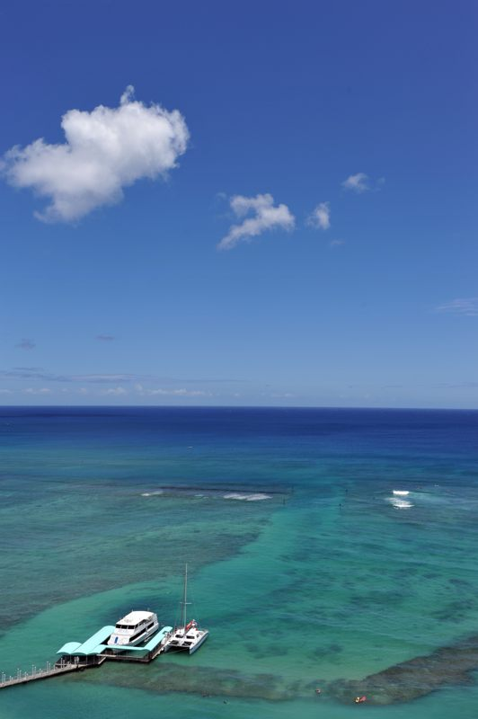 ハワイ ホテルから水平線とクルーザーを撮ってみた