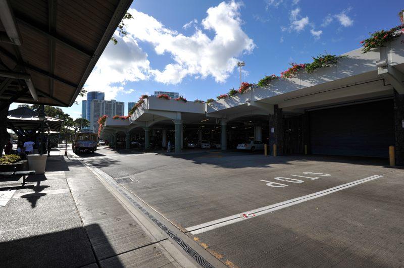 ハワイ アラ・モアナ・センターでトローリーバス待ちの青空