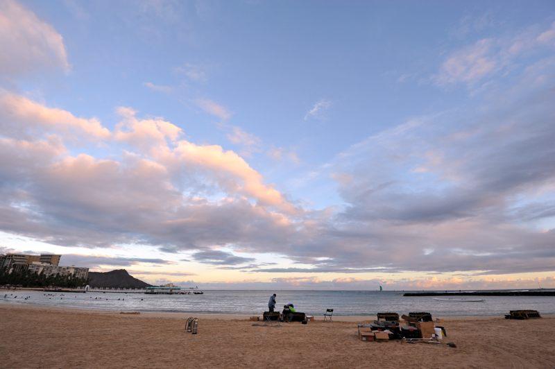 ハワイ ホテル前のビーチからダイアモンドヘッド方向の夕景を撮ってみた