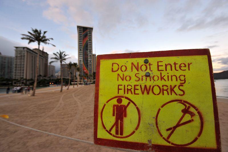 ハワイ ホテル前で花火を上げるのでFireworksが立ててる看板