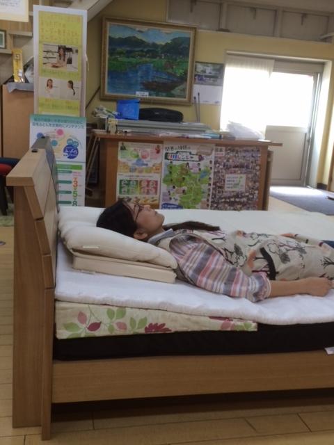 別注高反発マット寝ている画像