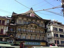 歌舞伎見物のおばさま方でいっぱい