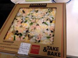 超ビッグサイズのチルドピザ、さすがにウチのオーブンにも冷蔵庫にもこのまま入れることは出来ませんでした