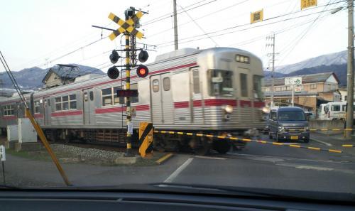 踏切を通過する普通列車(26.4.2)