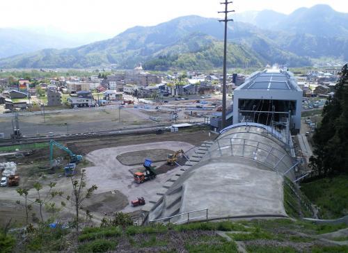 丘の上から見た新幹線飯山駅(26.5.10)