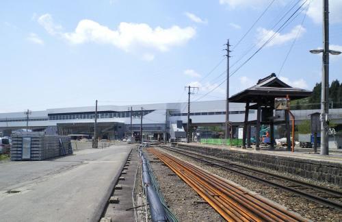 JR飯山駅ホームから新幹線飯山駅を望む(26.5.10)