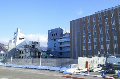 新西病棟と工事中の中央病棟(26.2.23)