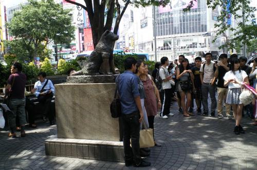 ハチ公前で記念撮影(26.5.28)