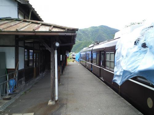 駅ホームと2000系(26.6.5)