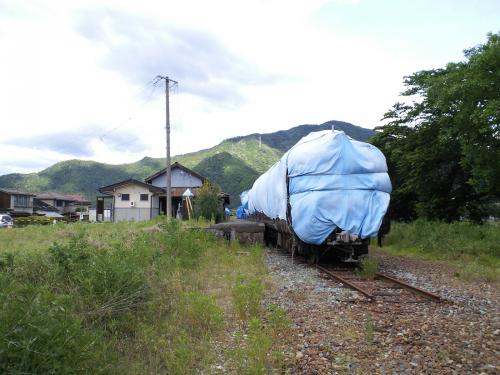 旧駅舎とマルーン2000系(26.6.5)