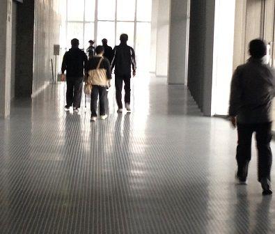 体育館の中を歩く
