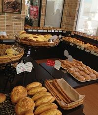 ケーキ屋の隣りのパン屋