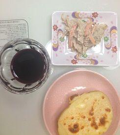 赤ワインとサラダと芋チーズ
