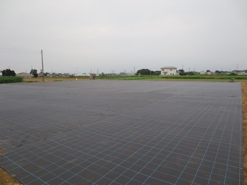 20140825 露地 石ころ畑 防草シート 張り1