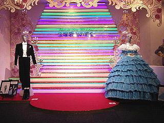 140531_2249宝塚大劇場「宝塚歌劇の殿堂」羽根を背負っての写真撮影スポット