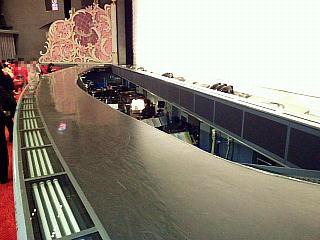 140531_2261宝塚大劇場内・1幕終了後の銀橋とオケピ