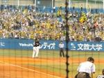 20140805阪神-ヤクルト1回裏ファンの声援に応える新井貴
