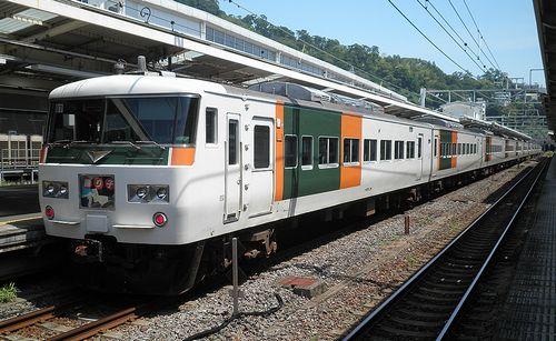 東チタ185系「B7」編成・「踊り子102号」(伊東→東京)(2011年8月10日・熱海駅)