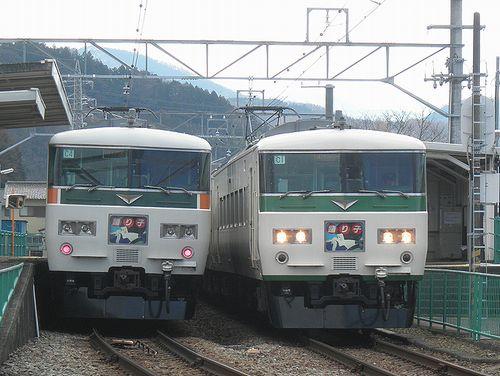 宮オオ185系「C4」編成(左)・「C1」(右)(2014年3月8日・牧之郷駅)
