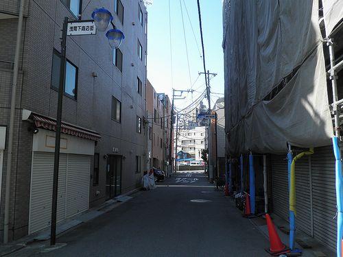 横浜市西区浅間下交差点裏・旧東海道入口の路地(2014年3月16日)