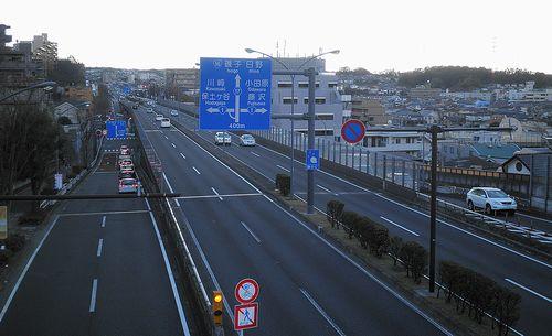 旧東海道・品濃坂が環状2号線を横断する歩道橋上から見た風景(横浜市戸塚区品濃町)(2011年12月25日)
