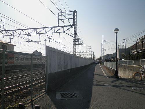 旧東海道・化粧坂とJR線の交差地点(神奈川県中郡大磯町大磯)(2011年12月29日)