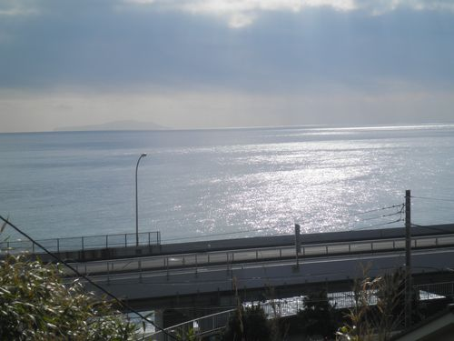 旧東海道(国道1号線)から見た西湘バイパスと相模湾(神奈川県小田原市前川)(2011年12月31日)