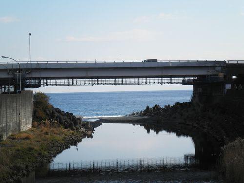 山王川・山王橋から見た山王川の河口と相模湾(神奈川県小田原市)(2011年12月31日