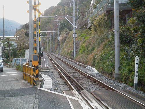 旧東海道と箱根登山鉄道の交差地点(小田原市入生田・入生田踏切)(2011年12月31日)