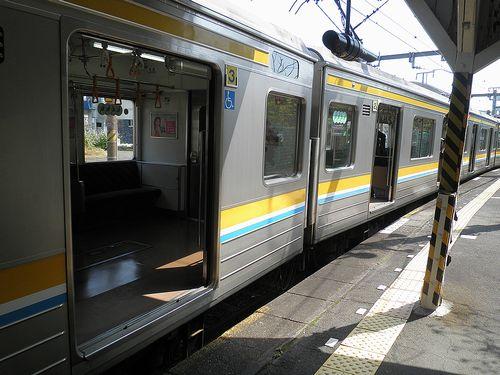 鶴見線浅野駅・ホームの隙間(2014年4月10日)