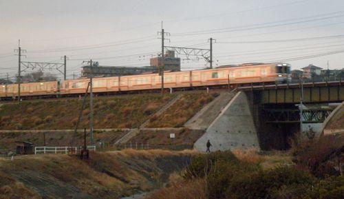 旧東海道・山田川の愛宕橋から東海道本線を見る(静岡県三島市初音台)(2012年1月28日)
