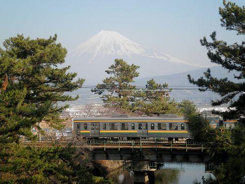 東海道本線沼川放水路橋梁・211系電車(富士市田中)(2012年1月29日)