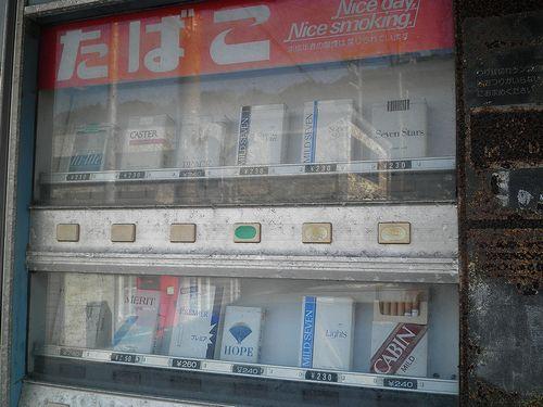 旧東海道・蒲原宿・古いたばこの自販機(静岡市清水区蒲原)(2014年3月8日)