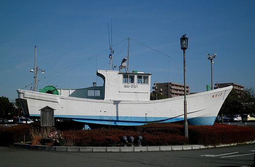 東海道本線・新蒲原駅・駅前の保存漁船(静岡市清水区蒲原)(2014年3月8日)