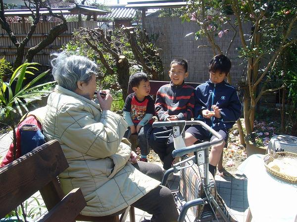 野草パーティの庭で、ハーモニカ 26.3.22