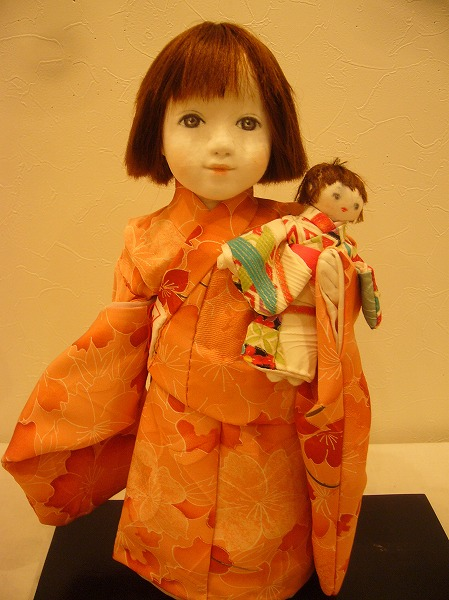 人形を抱く少女 26.6.11